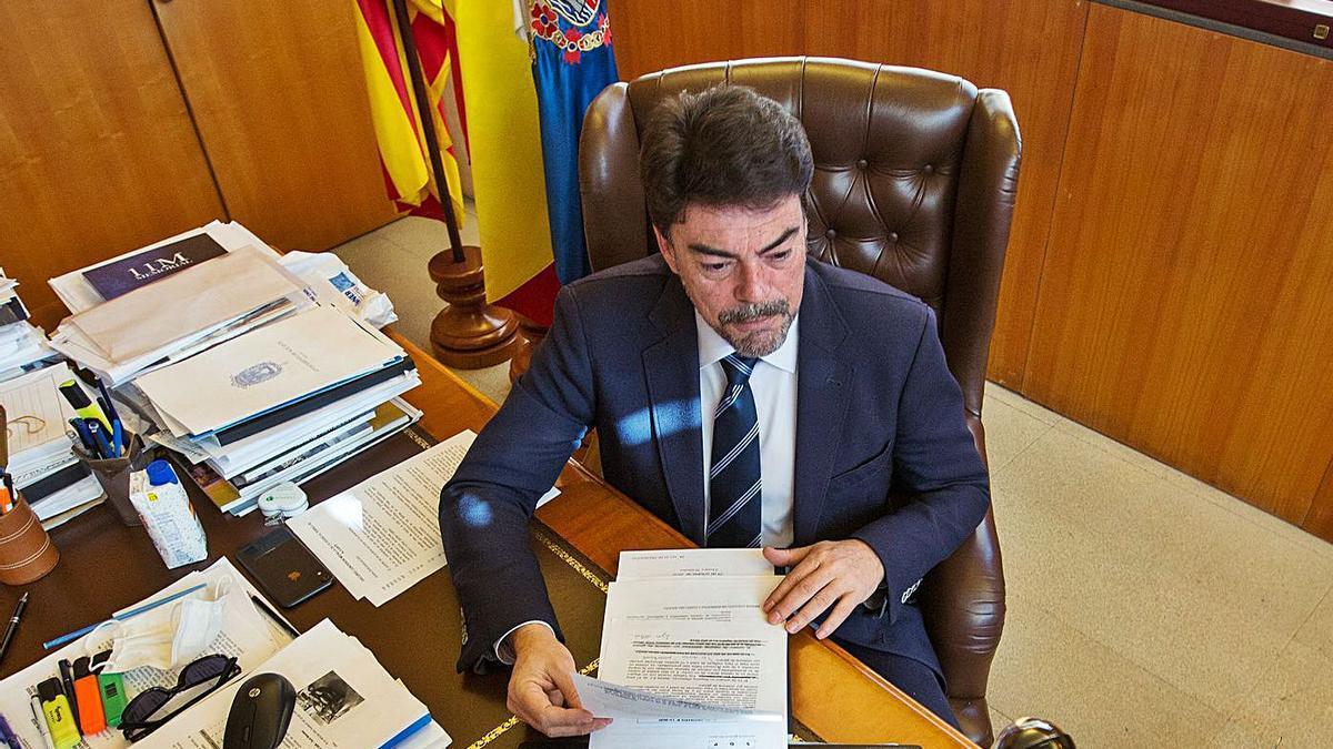 El alcalde de Alicante, Luis Barcala, durante una reciente reunión telemática desde su despacho.
