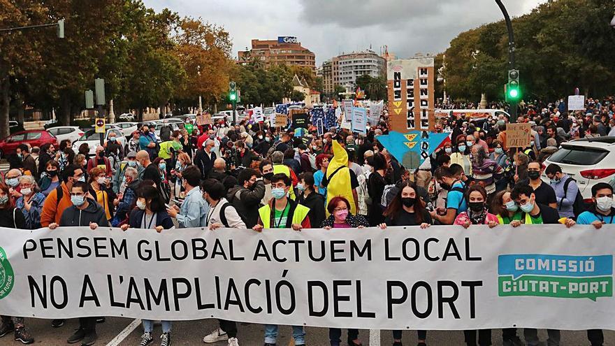 La manifestación contra la ampliación del Puerto de València congrega a un millar de personas