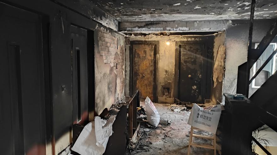 La jueza ordena el ingreso en psiquiatría de la mujer que quemó el rellano de su edificio en Oviedo