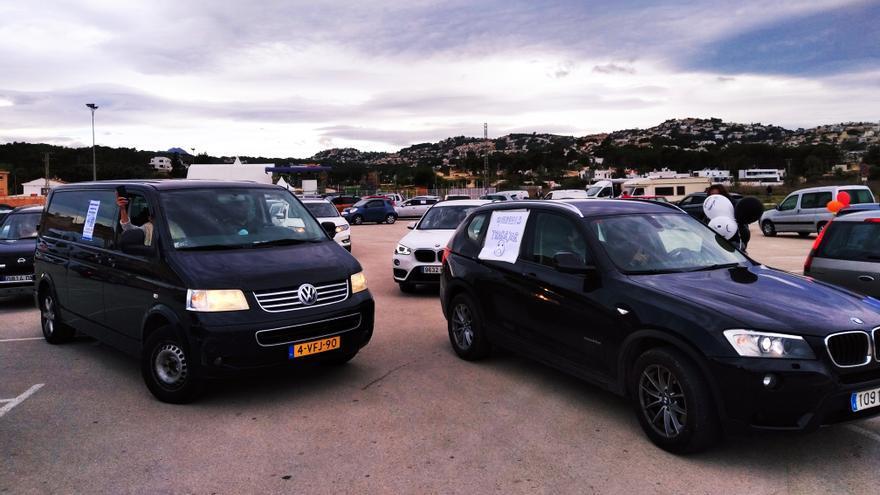 """Una caravana de 300 coches recorre Teulada-Moraira para denunciar la """"discriminación"""" de la hostelería"""