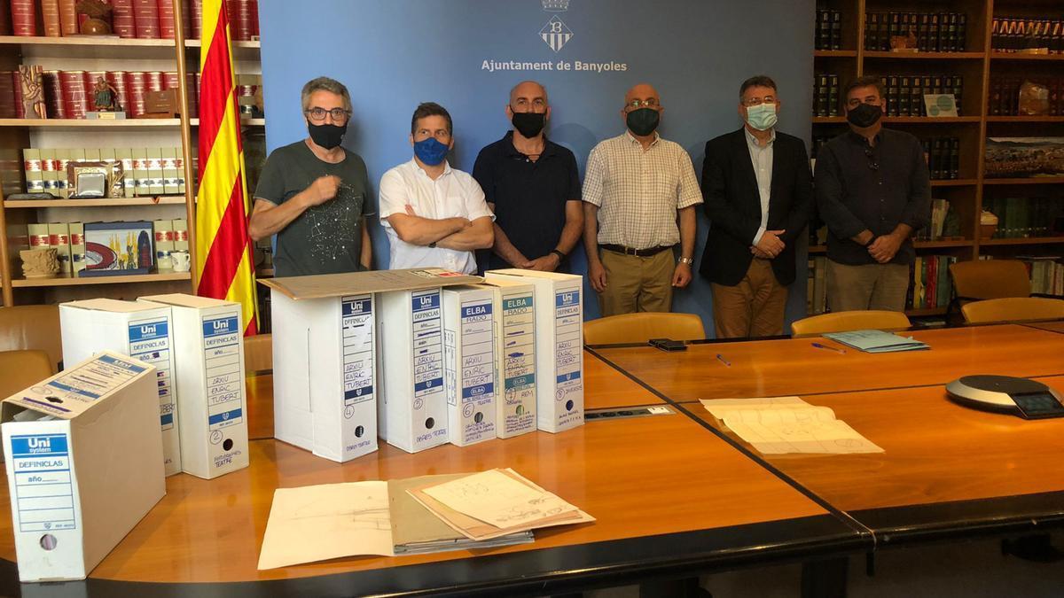 La família d'Enric Tubert amb l'alcalde de Banyoles i altres regidors amb la cessió del fons.