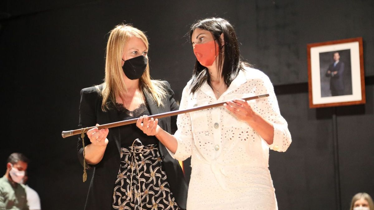 Verónica Tourón recibe el bastón de mando de manos de Loli Castiñeira.