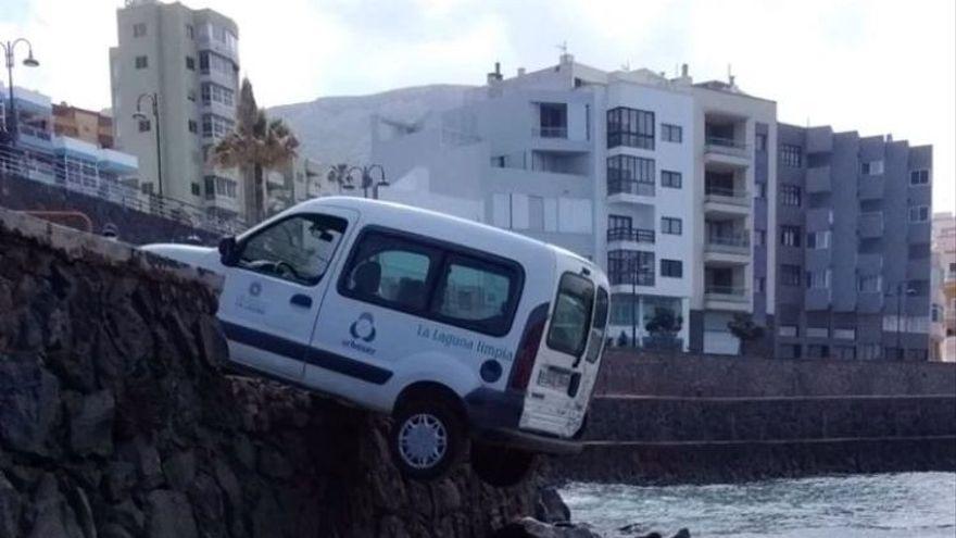 Una furgoneta vacía y sin frenos atropella a una niña en Bajamar y casi cae al agua