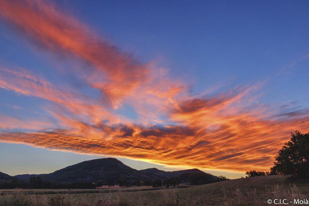 Moianès. Comença el dia al Moianès, el sol ja surt, però els núvols volen fer de les seves i es posen al seu davant, serà perquè els escalfi?, o perquè volen jugar a fer formes i colors amb els seus reflexos?