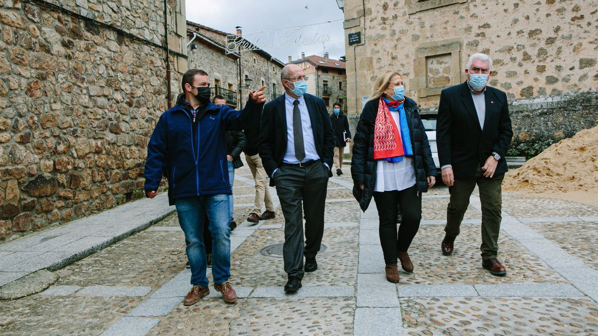 El vicepresidente Igea, en el centro, durante su visita ayer a Molinos de Duero, Soria.