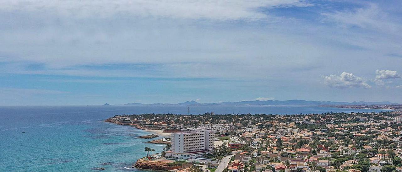 Urbanizaciones en la costa de Orihuela, paradigma del turismo residencial. | TONY SEVILLA