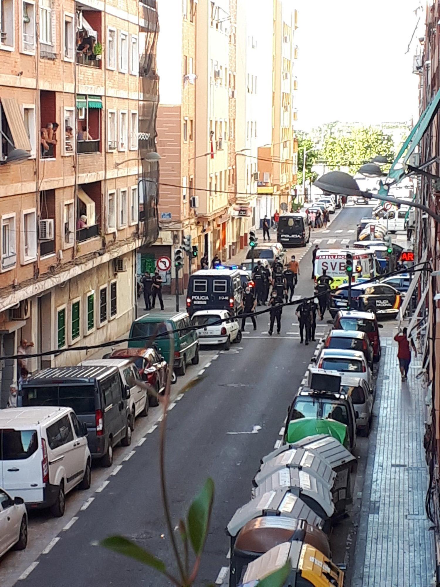 Policía Nacional y ambulancias en la pelea multitudinaria en Orriols