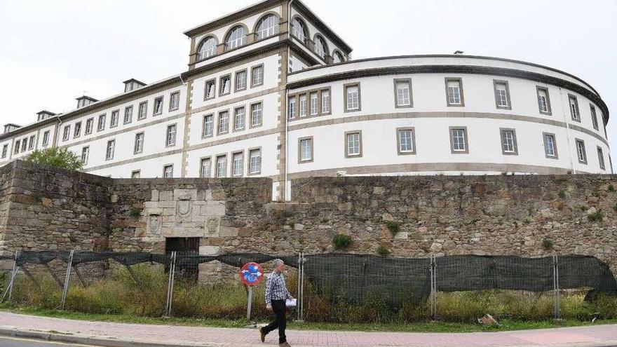 Un transeúnte frente al edificio del Hospital Abente y Lago.
