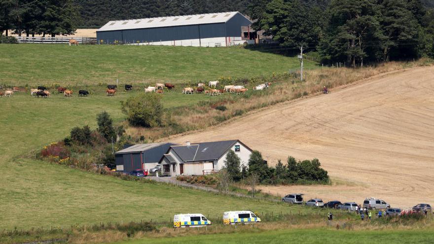Tres muertos y seis heridos al descarrilar un tren de pasajeros en Escocia