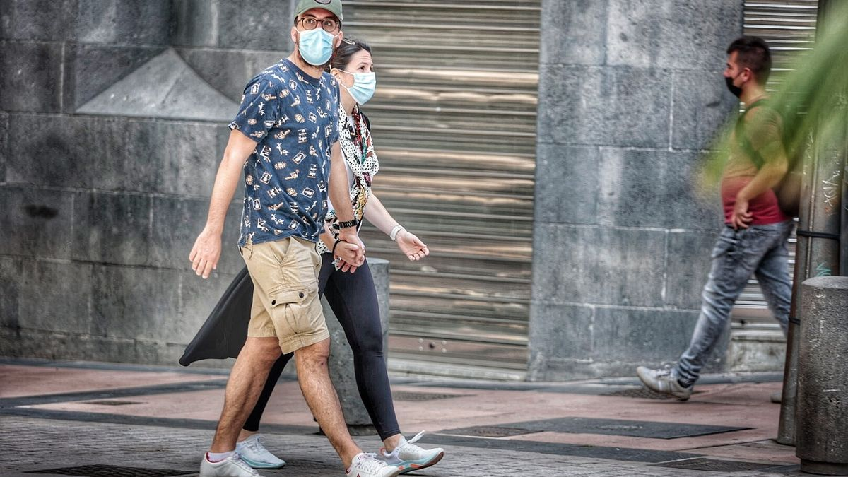 Una pareja pasea por el centro de Santa Cruz de Tenerife.