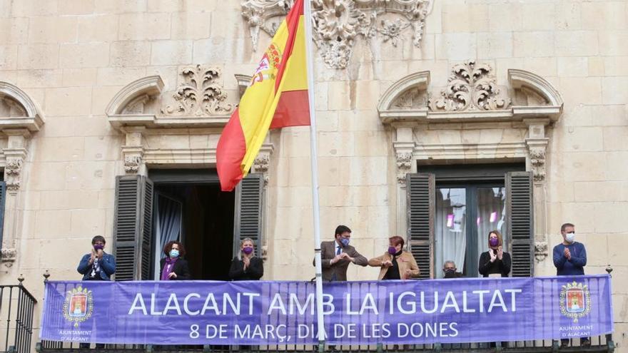 """El Ayuntamiento de Alicante conmemora un 8-M marcado por el covid: pancarta y acto """"online"""""""