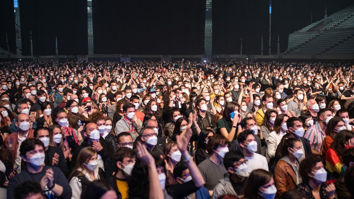 Público con mascarillas en un concierto de Love of Lesbian