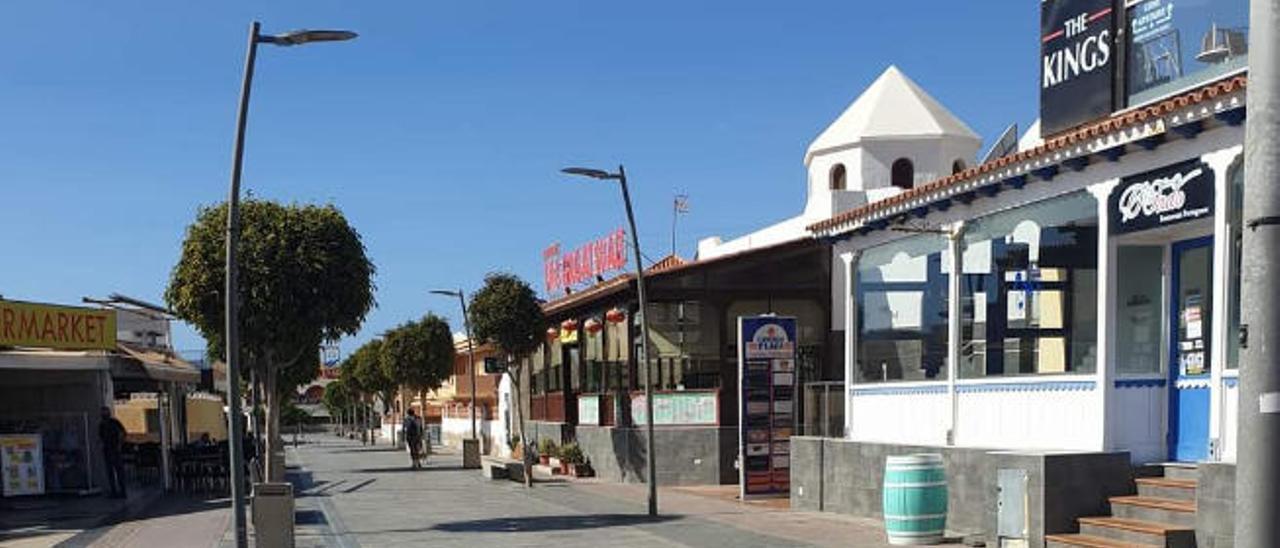 Imagen de una de las principales calles de Caleta de Fuste vacías de turistas, algo inusual hasta la llegada de la Covid.