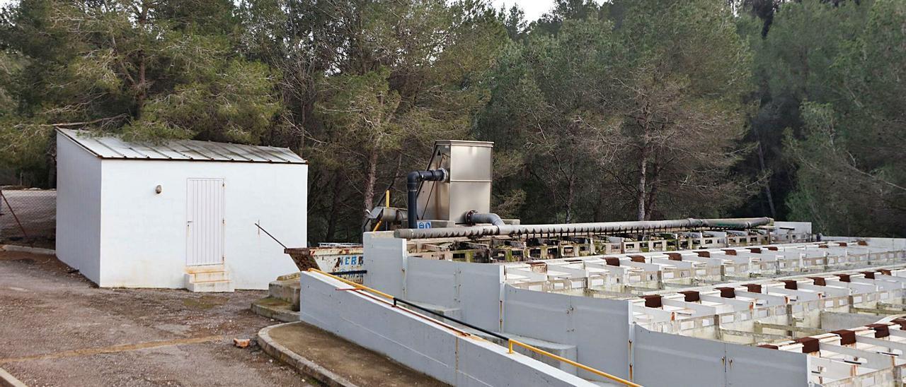 Imagen de la depuradora de Portinatx, que será sustituida por una nueva planta en las mismas instalaciones. | J. A. RIERA