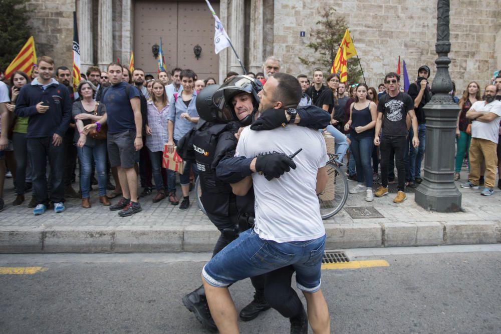 Una protesta ultra revienta la manifestación del Nou d'Octubre