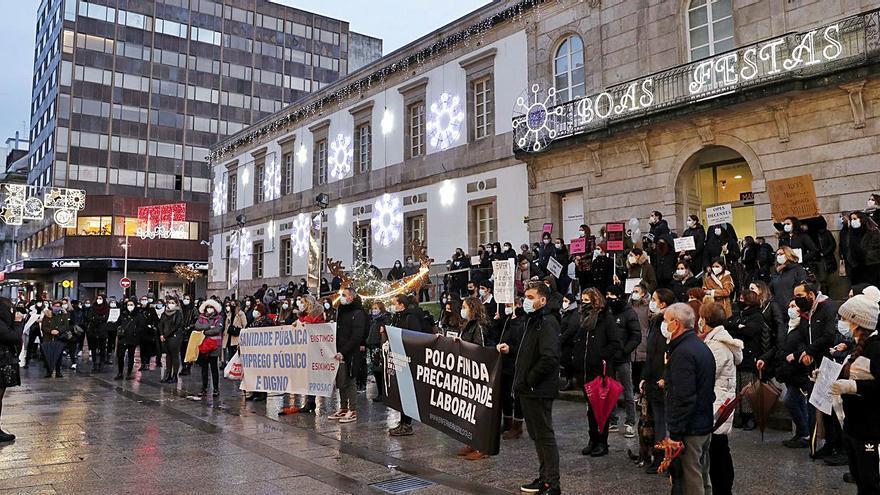 """Decenas de enfermeras del Sergas protestan contra la """"precariedad laboral"""""""