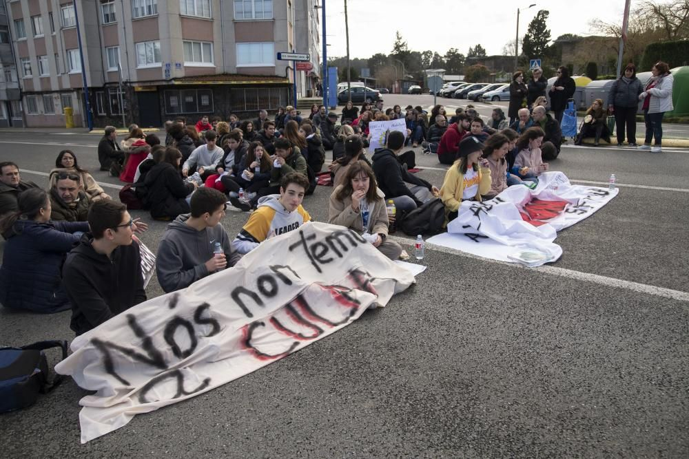 La comunidad educativa de la Universidad Laboral de Culleredo celebra un nuevo acto de protesta contra la decisión de la Xunta de eliminar el Bachillerato en el centro.