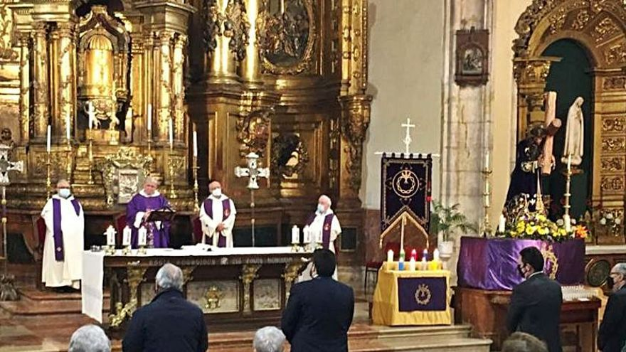 Numerosos fieles acompañan al Nazareno en su solemnidad