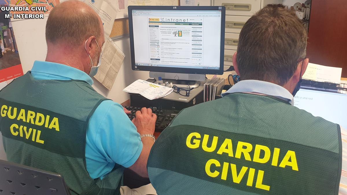 Agentes de la Guardia Civil en una investigación.