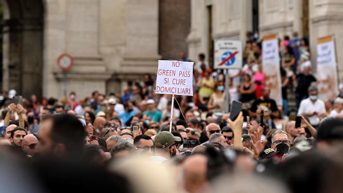 Protestas contra el 'certificado verde' en Roma.