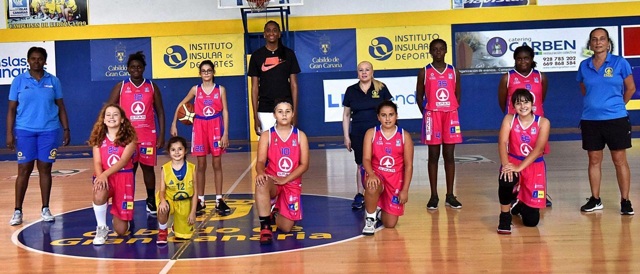 Astou Ndour, en el centro de la imagen, acompañada por jugadoras de la base del Spar Gran Canaria, ayer, en su visita a La Paterna.
