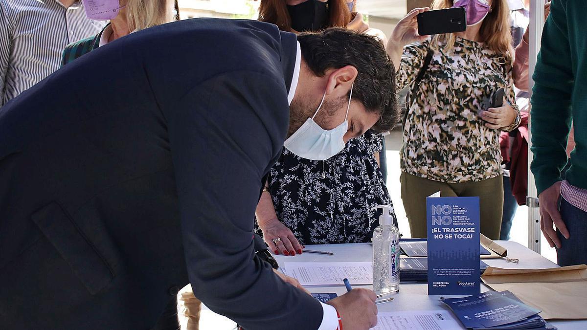 El presidente de los populares en la Región, Fernando López Miras, firmó ayer contra la reducción de los envíos de agua al Segura.