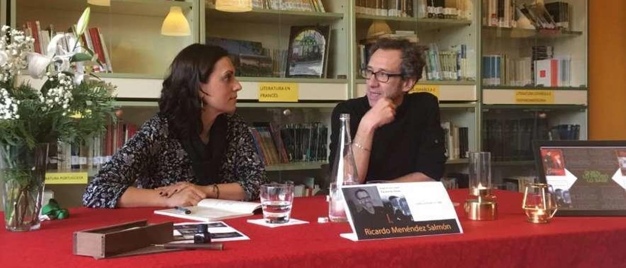 María Luisa García, jefa del departamento de Lengua del instituto, y Ricardo Menéndez Salmón, en la charla de ayer del Instituto César Rodríguez de Grado.