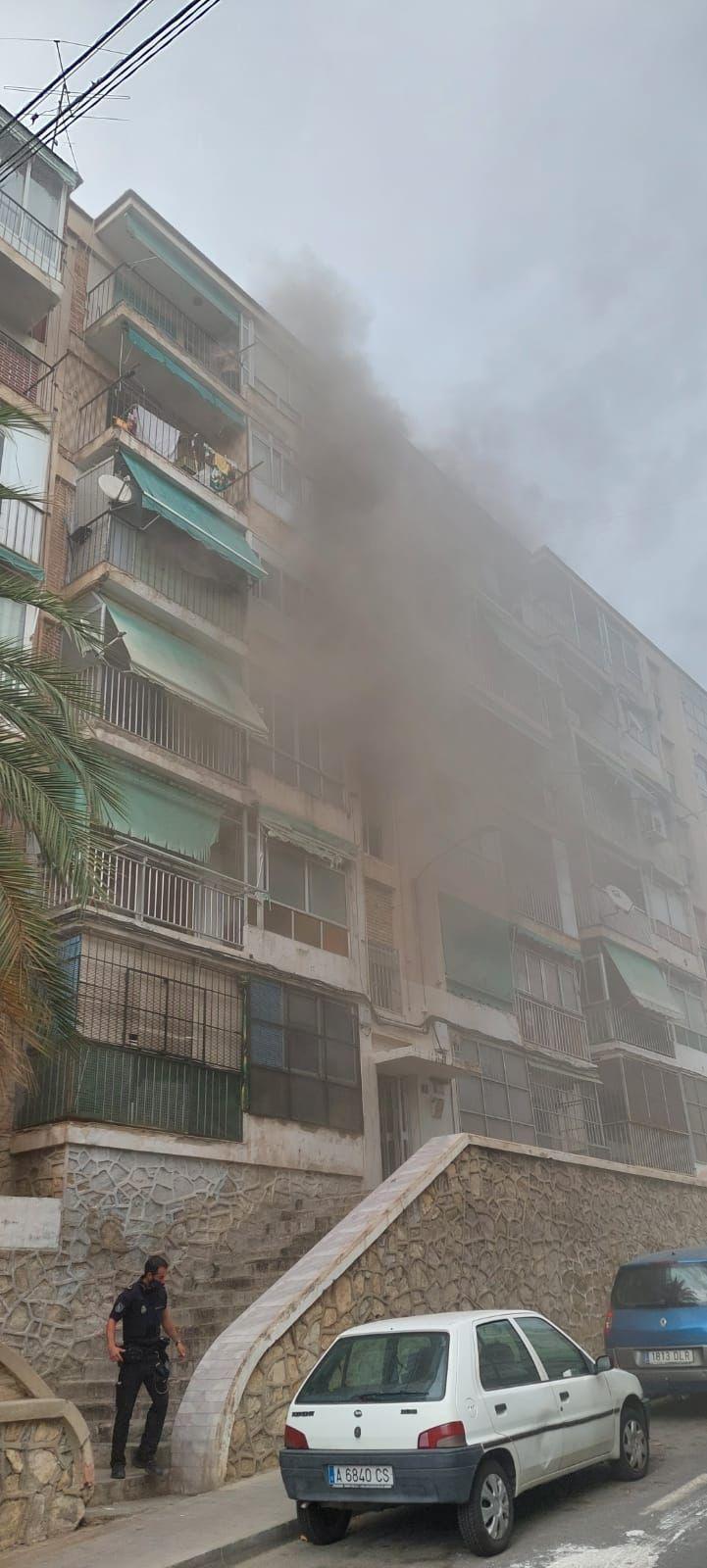 El incendio ha generado mucho humo.