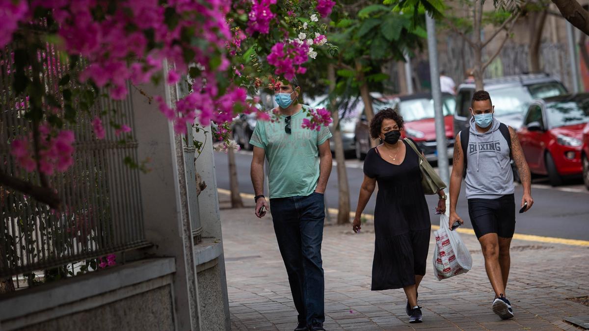Varias personas con mascarilla transitan por las calles.