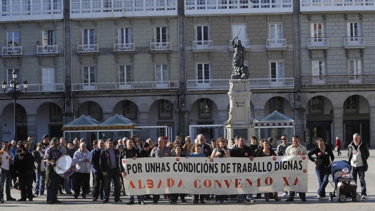 Protesta de trabajadores de Nostián en María Pita en 2011. /  C.Pardellas