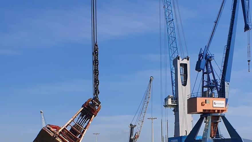 Inician la extracción de la carga del barco hundido en Castelló para encontrar al estibador desaparecido