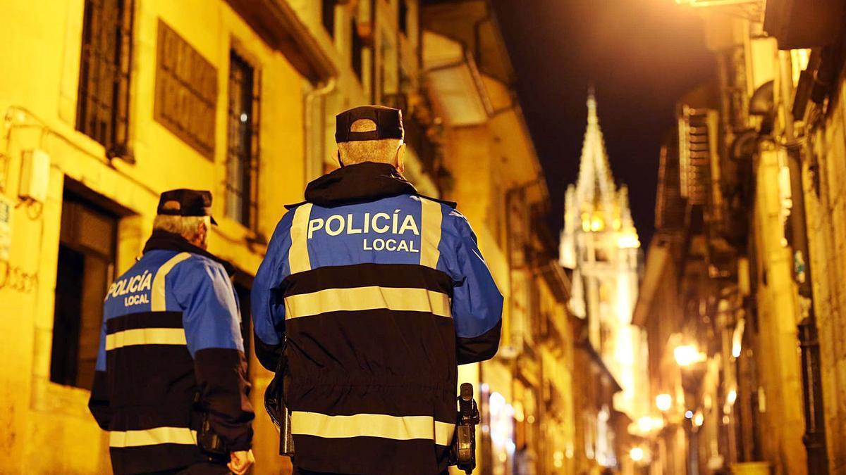 Dos agentes de la Policía Local de Oviedo patrullan por el casco histórico. | LNE