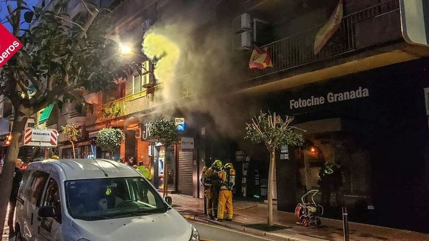 Un incendio en un establecimiento de Benidorm obliga a desalojar un edificio