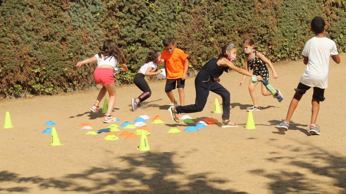 Los chicos del campamento realizan actividades al aire libre
