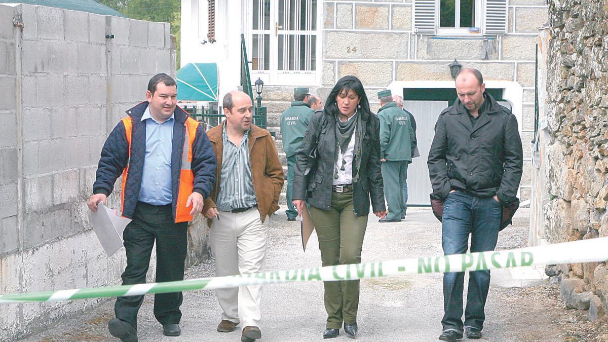 La comisión judicial analizando el escenario del crimen, en 2009. // C.P.