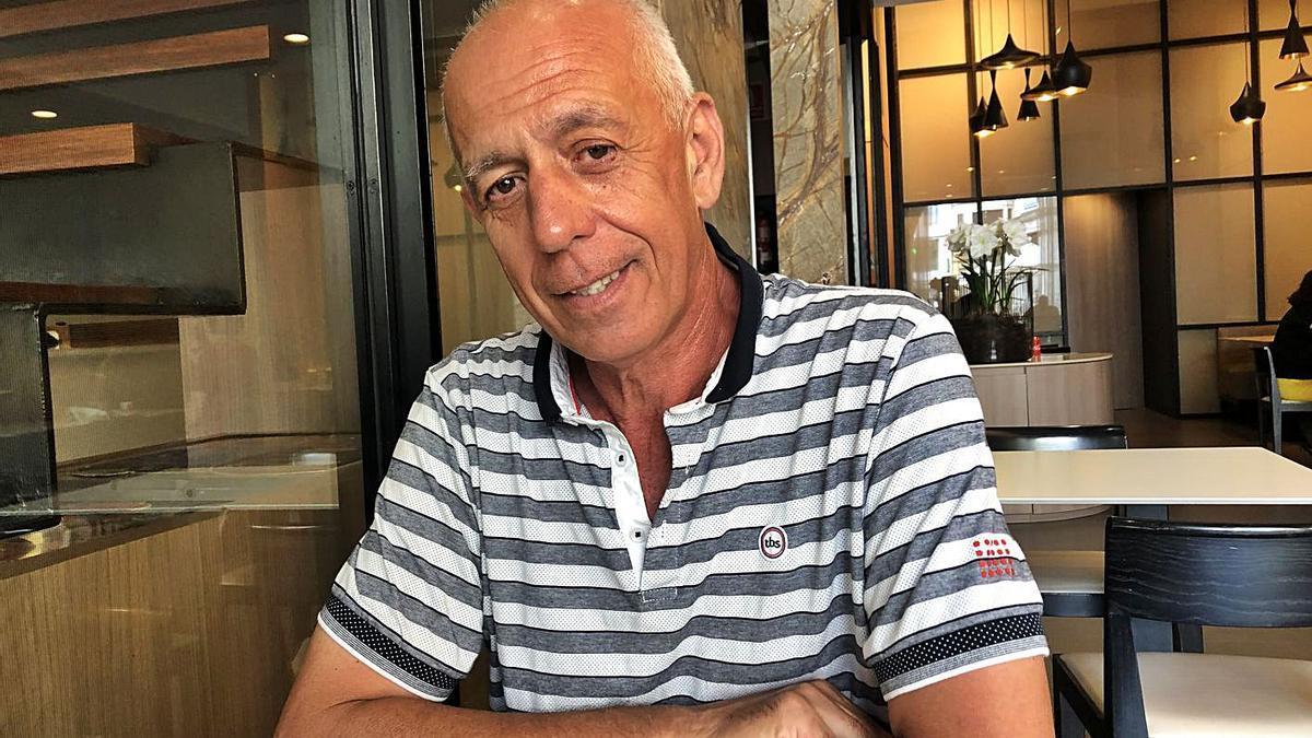 Joan Clotas en una cafeteria de Figueres, posant relaxadament després de la jubilació