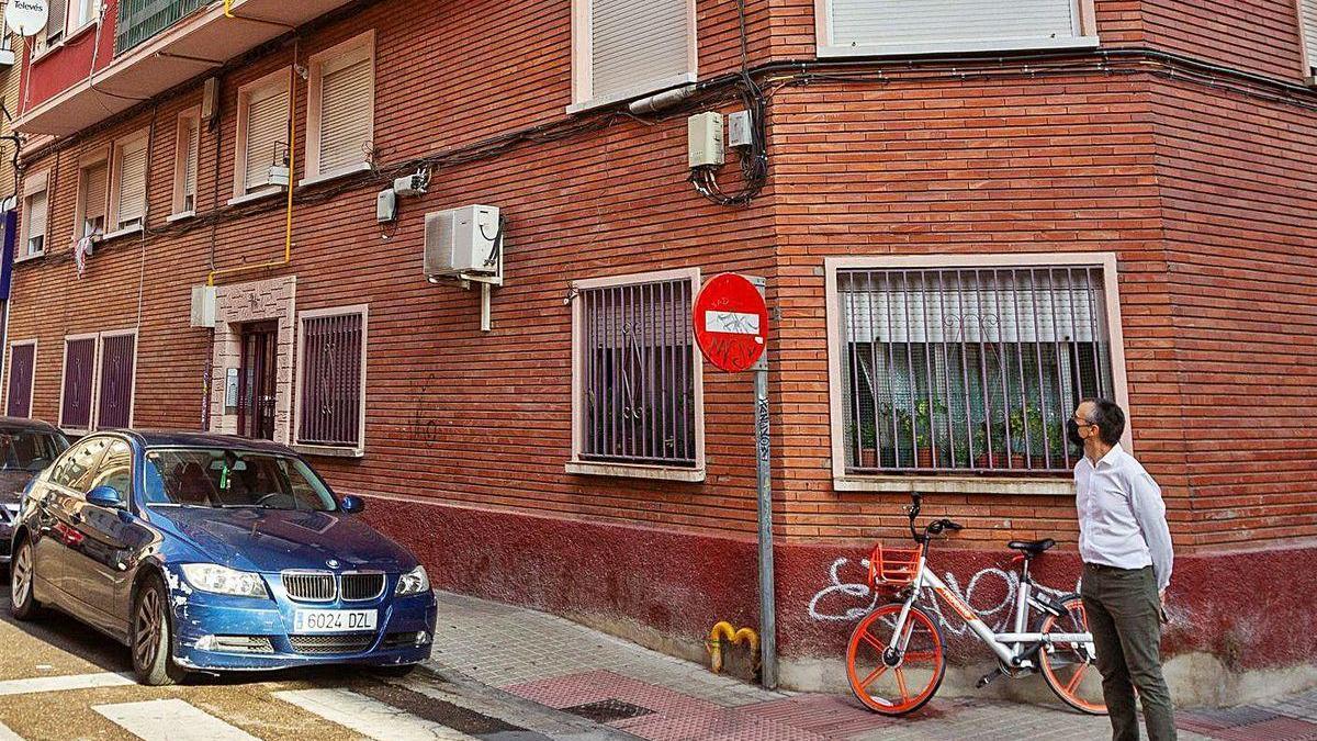 Un hombre junto al edificio en el que se cometió el crimen.