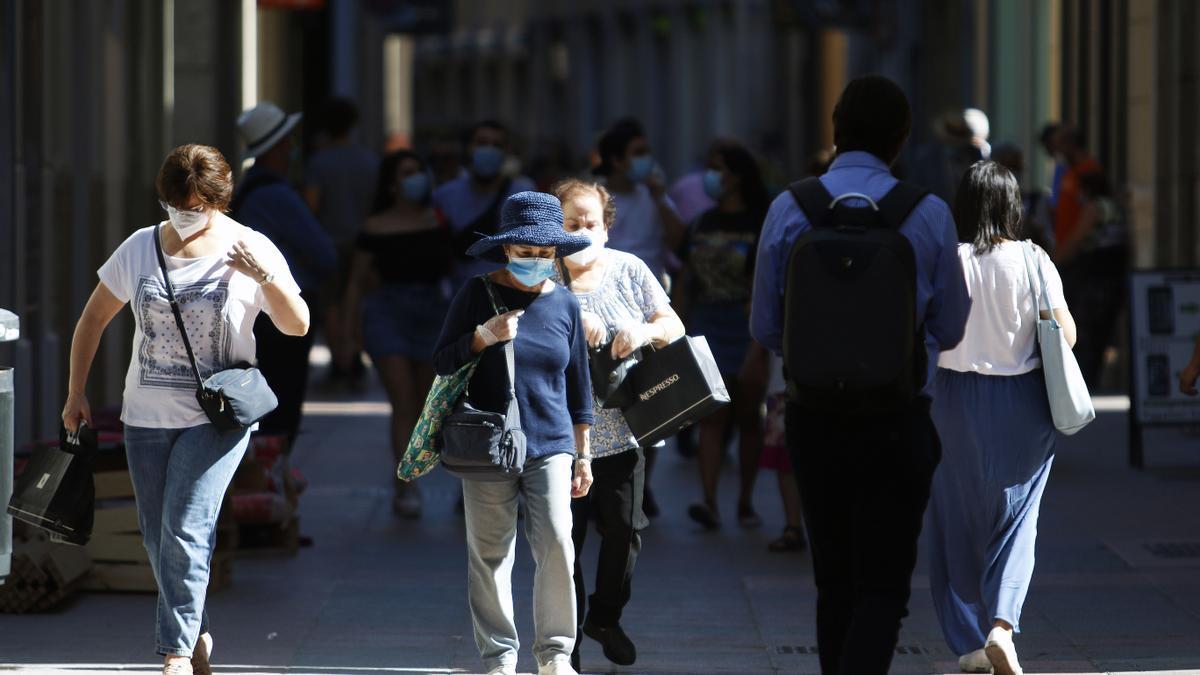 Personas hacen uso de las mascarillas frente al virus COVID-19