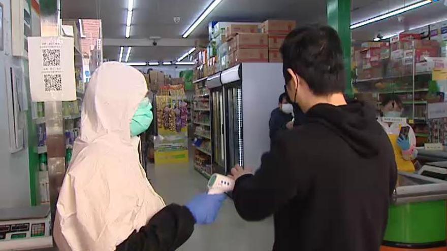 Reabren los comercios chinos en Madrid, algunos con controles de temperatura