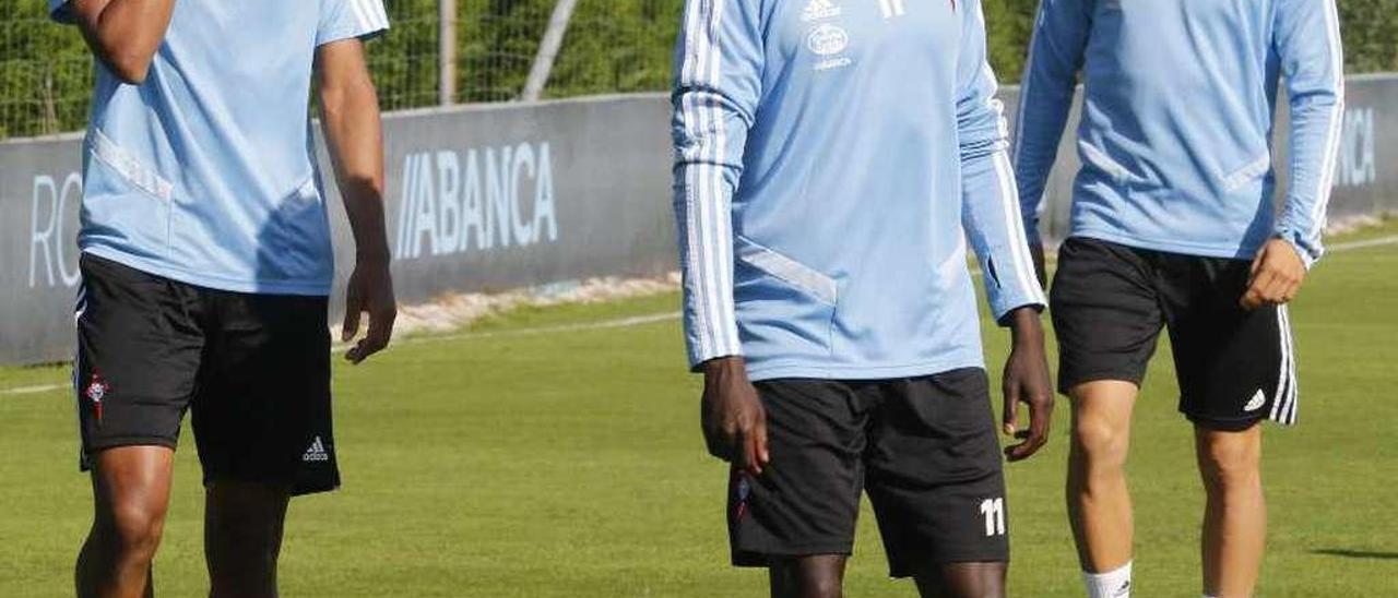 Pione Sisto sonríe junto a dos jugadores del filial en un entrenamiento del Celta en A Madroa. // Alba Villar
