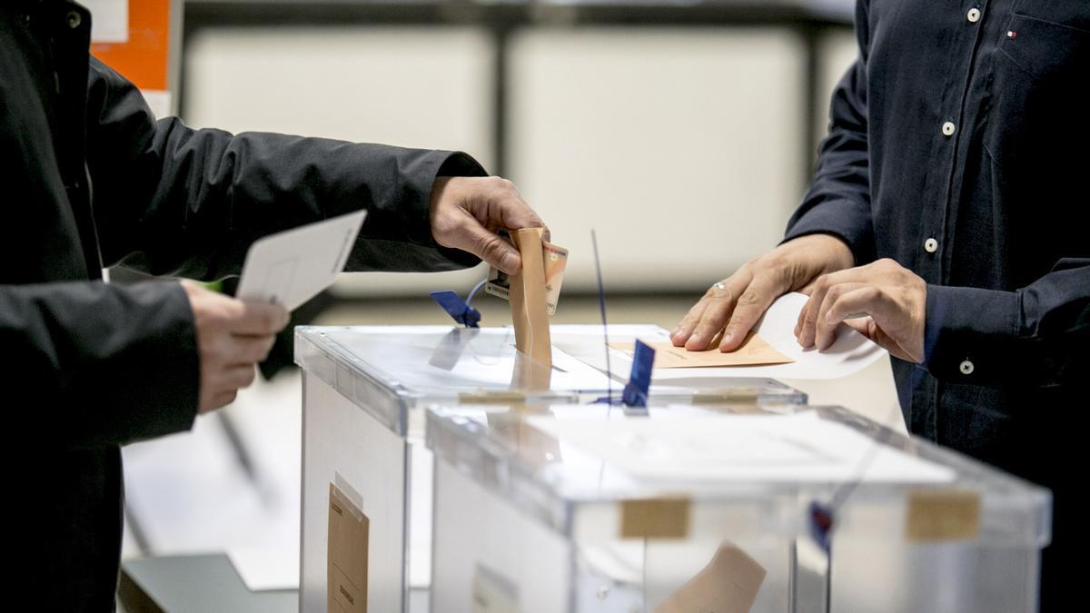 Una urna en un colegio de Oviedo durante las elecciones generales de 2019.