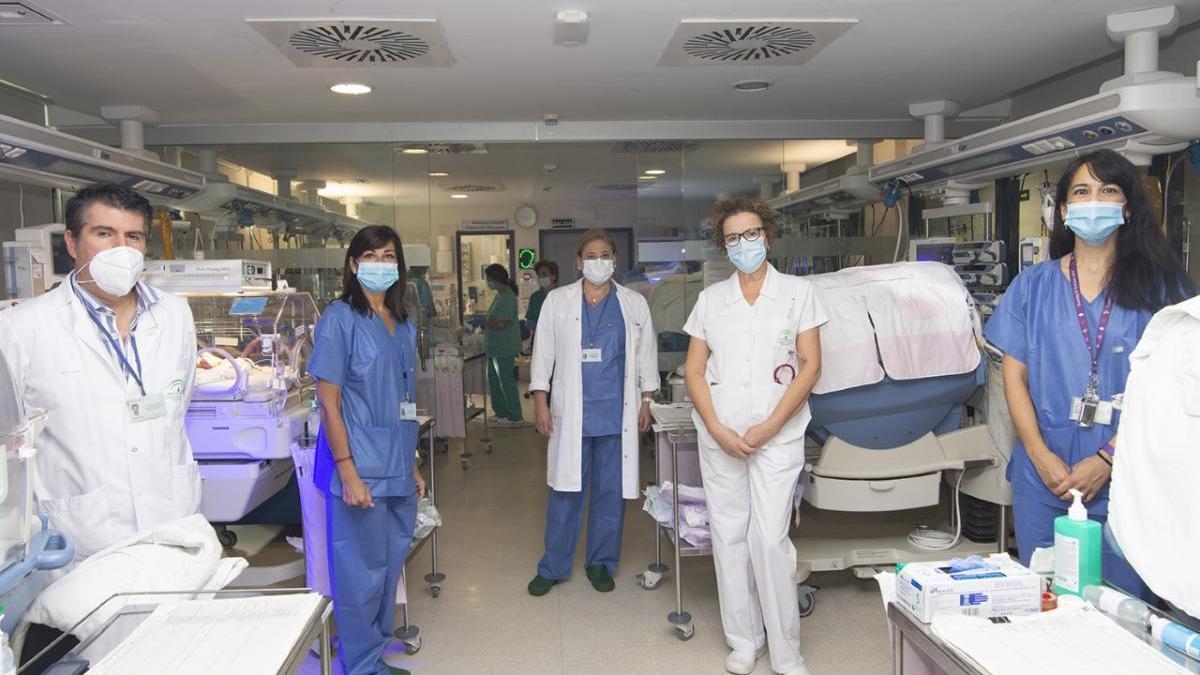 El hospital Reina Sofía realiza intervenciones complejas en grandes prematuros fuera de quirófano