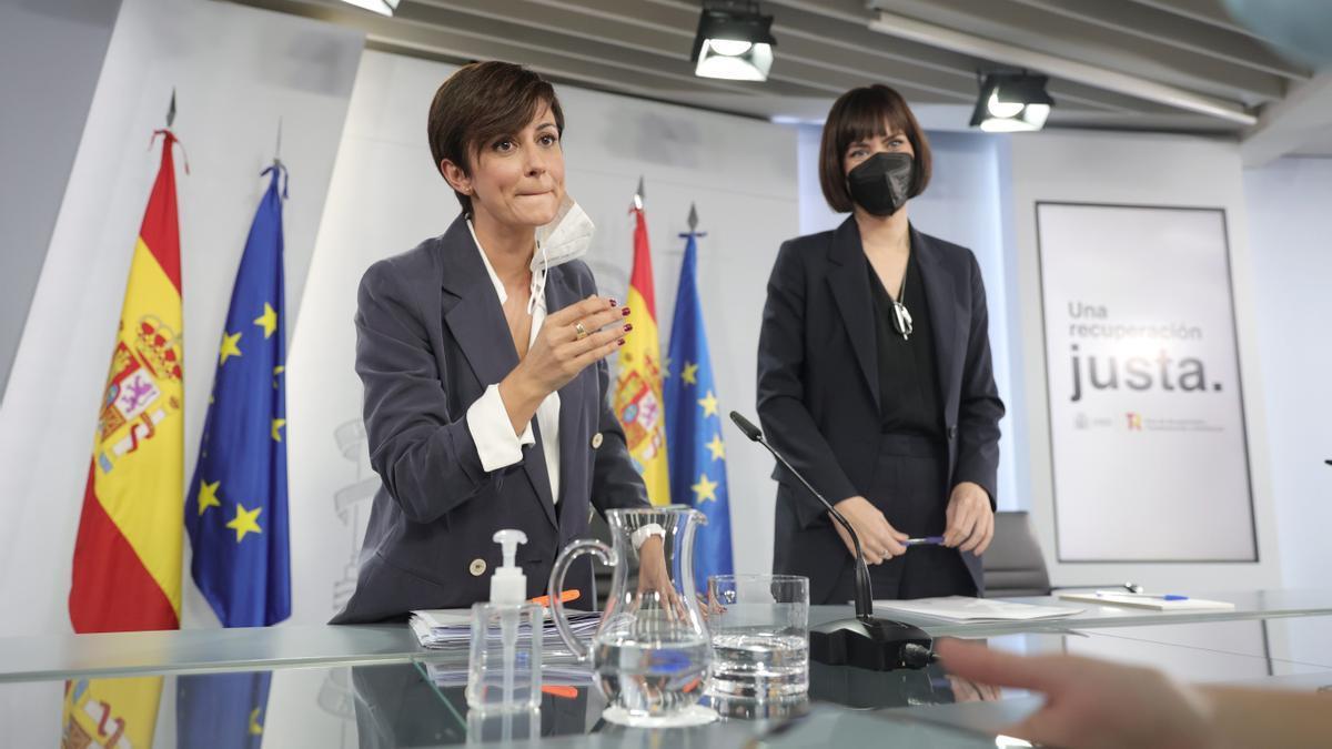 La ministra Portavoz, Isabel Rodríguez (i); y la ministra de Ciencia e Innovación, Diana Morant.