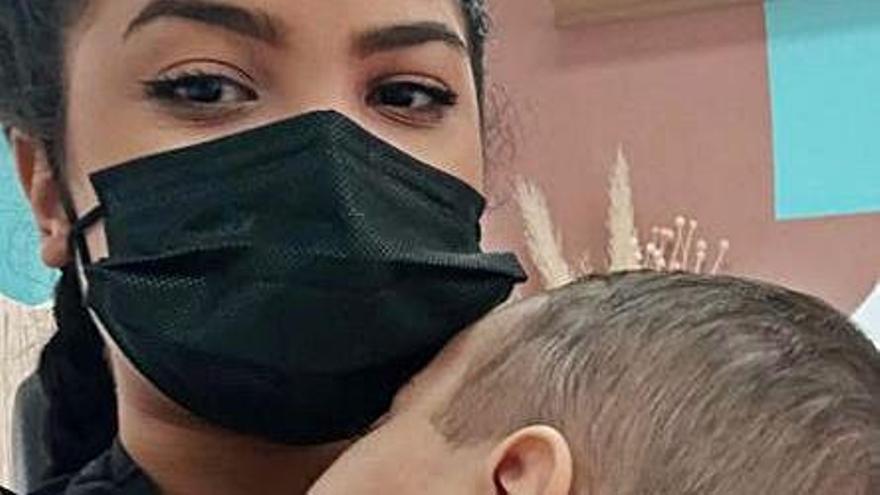 Ana Castillo con su hijo.