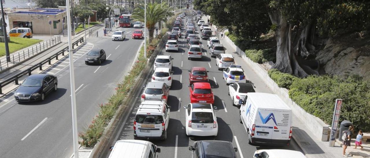 Vehículos que entran al centro de la ciudad de Alicante por la avenida Juan Bautista Lafora.
