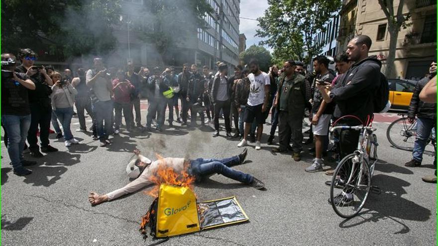 Trabajadores de Glovo endurecen sus protestas por la precariedad