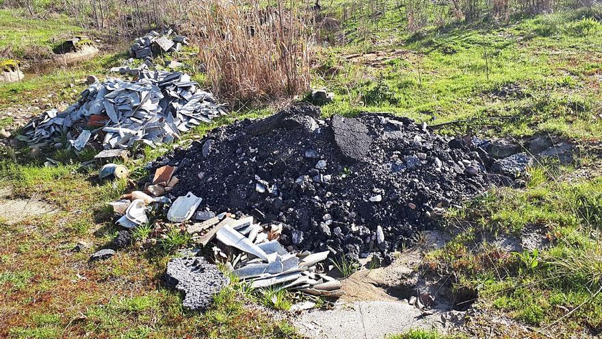Constantes vertidos incontrolados amenazan el paisaje de Caldelas