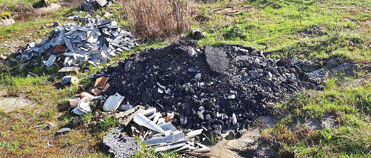 Restos de obra vertidos en la antigua gravera de Caldelas de Tui.   | // D.P.