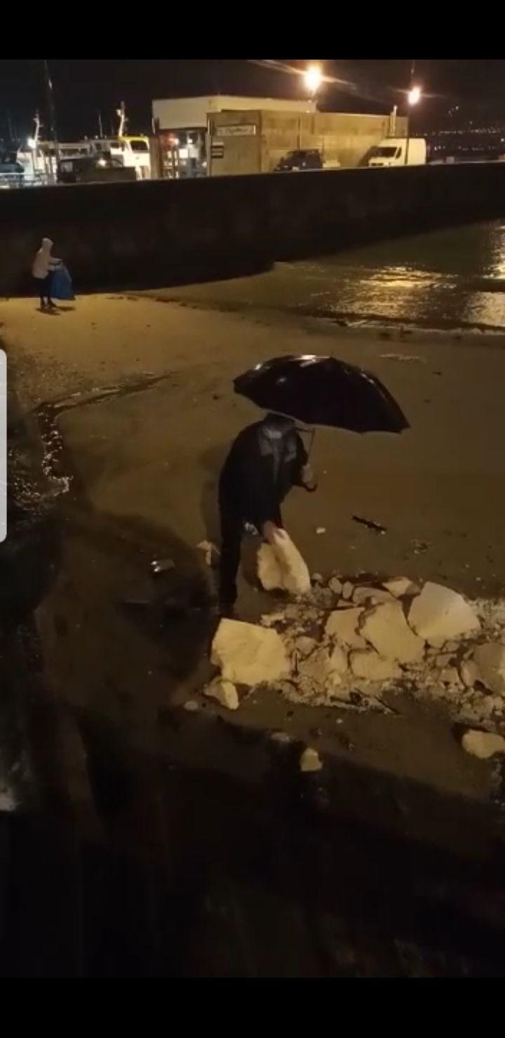 Un vecino retirando el porexpán de la playa de A Mosqueira. / Cedida