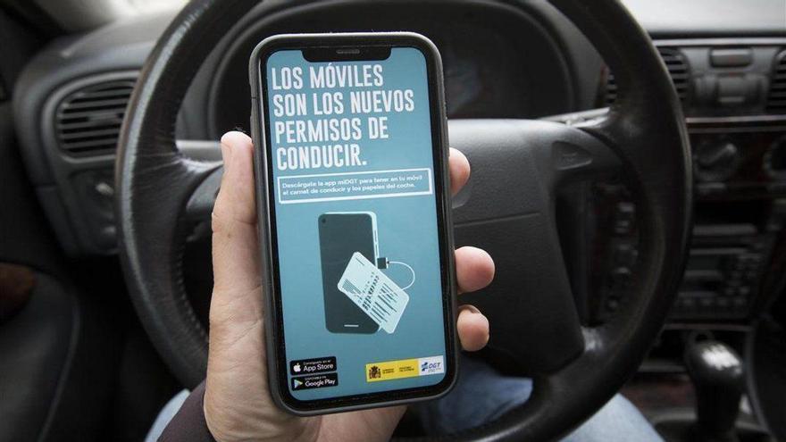 Imagen de la campaña promocional de la app MiDGT en un móvil.